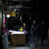 и ночью торговля не прекращается :: Sofia Rakitskaia