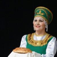 Женщина с вкусным пирогом :: Валерий Чепкасов