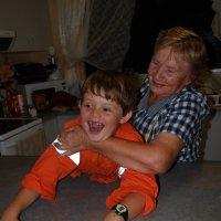 Ни одна игрушка не веселит, если бабушка гостит. :: Лара Гамильтон