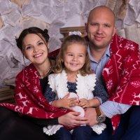 Семья с девочкой под пледом :: Valentina Zaytseva