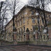 Кусочек михайловского сада с жилым домом на его территории. :: Владимир Ильич Батарин