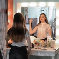 девушка у зеркала :: Виктор Батавин