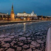 Вид на Водовзводную башню Московского Кремля с Большого Каменного моста :: Борис Гольдберг