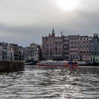 Дома и прогулочные катера в контровом свете. Амстердам :: Witalij Loewin