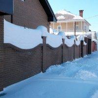 снег на заборе после нескольких снегопадов :: Вячеслав Афанасьев