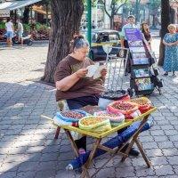 Продавщица жареных орешков. :: Вахтанг Хантадзе