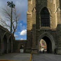 """Нижняя часть """"Башни Солдат"""" и студентка спешащая домой (Торонто) :: Юрий Поляков"""