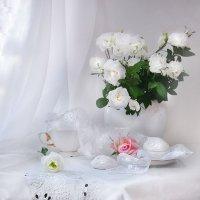 Розы белые — нежность души... :: Валентина Колова