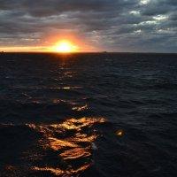 Неспокойно синее море... :: Ольга