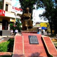 Махачкала. Памятник поэту Ирчи Казаку. :: Владимир Драгунский