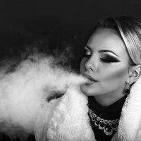Красивая девушка курит кальян :: Пётр Кулик