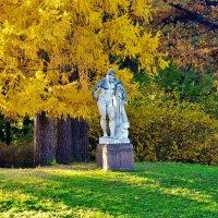 Скульптура Геркулес под золотой лиственницей... :: Sergey Gordoff