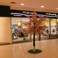 Весенний интерьер в супермаркете. Цветущее дерево :: татьяна