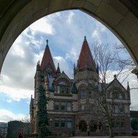 Вид на Victoria College из арочного перехода (Университет Торонто) :: Юрий Поляков