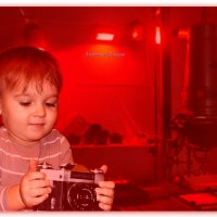 Будни фотографа-лаборанта Илюшки... Щас плёночку проявим. :: Anatol Livtsov