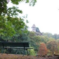 Скамейка в парке Бют-Шомон :: Фотограф в Париже, Франции Наталья Ильина