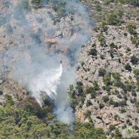Сброс воды над горящим лесом :: Дмитрий Бубер