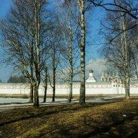 весна  вид на монастырь :: Сергей Кочнев