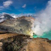 на краю кратера вулкана Иджен :: Алексей Mukusu