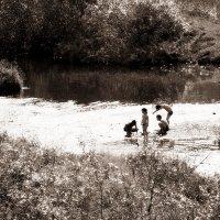 Деревенские ребятишки на речке :: Екатерина Торганская
