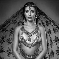 Молодая женщина в старинном грузинском украшении из серебра18 века :: Tina ***