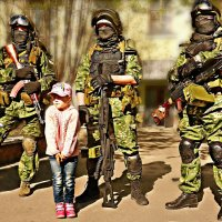 Сударыня в розовом и её зелёные человечки... :: Кай-8 (Ярослав) Забелин