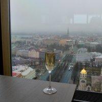 Рижское шампанское на фоне Риги :: Swetlana V