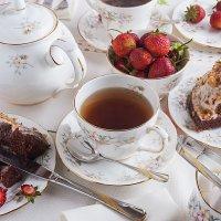 Чай с тортом и клубникой :: Александр Орлов