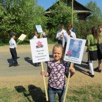 Таня с фотографиями прапрадедов. :: ВАЛЕНТИНА ИВАНОВА