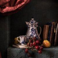 Натюрморт с красным перезревшим виноградом :: Татьяна Карачкова