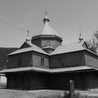 Деревянная   церковь   в   Яремче :: Андрей  Васильевич Коляскин