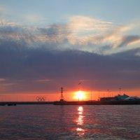 Морской порт , освещенный закатом :: valeriy khlopunov