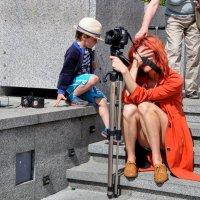 Оранжевый фотограф устала... :: Анатолий Колосов