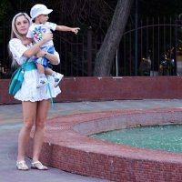 Мама у фонтана :: Владимир Болдырев