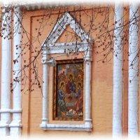 икона Святой Троицы на стене храма :: Валентина. .