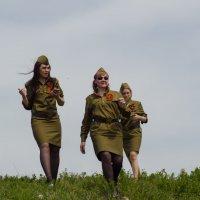Девушки в военной форме на фоне неба :: Олег Брусенцев