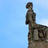 Одна из скульптур на высотном здании на Кудринской площади. :: Елена