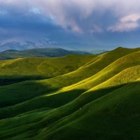 Кавказский бархат и Эльбрус в облаках :: Александр Хорошилов