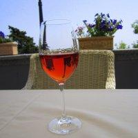 Бокал вина в летнем кафе на морском берегу :: Yuliya Nesterenko
