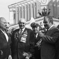 Бойцы вспоминают минувшие дни с писателем Владимиром Карповым. :: Николай Кондаков