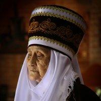 портрет женщины в национальном костюме. :: Евгений Шейнин