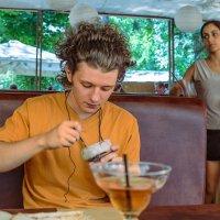 В кафе :: Константин Бобинский