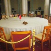 Сохранившийся стол, за которым проходила конференция руководителей трех союзных держав :: татьяна