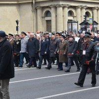 Руководители Санкт-Петербурга во главе колонны Бессмертного полка... :: Валерий Подорожный