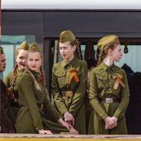 Стоят девчонки , стоят в сторонке :: Роман Кондрашин