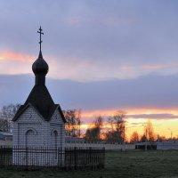 На фоне закатного неба, часовенка возле Толгского монастыря :: Николай Белавин
