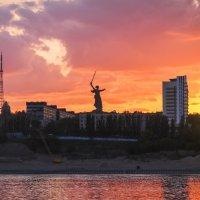 К пылавшим знамёнам небес Волгограда. :: Анатолий Щербак