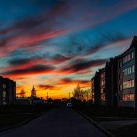 Багровые уходят к горизонту Все облака залитые закатом Очерченый домами тёмный контур Усиливал карти :: Анатолий Клепешнёв