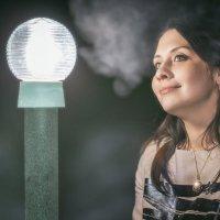 Супруга у светящегося столбика :: Дмитрий Стёпин