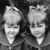 С сестрёнкой в детстве..  (Я слева) :: Elena N
